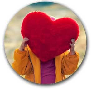 Femme tenant une peluche en coeur